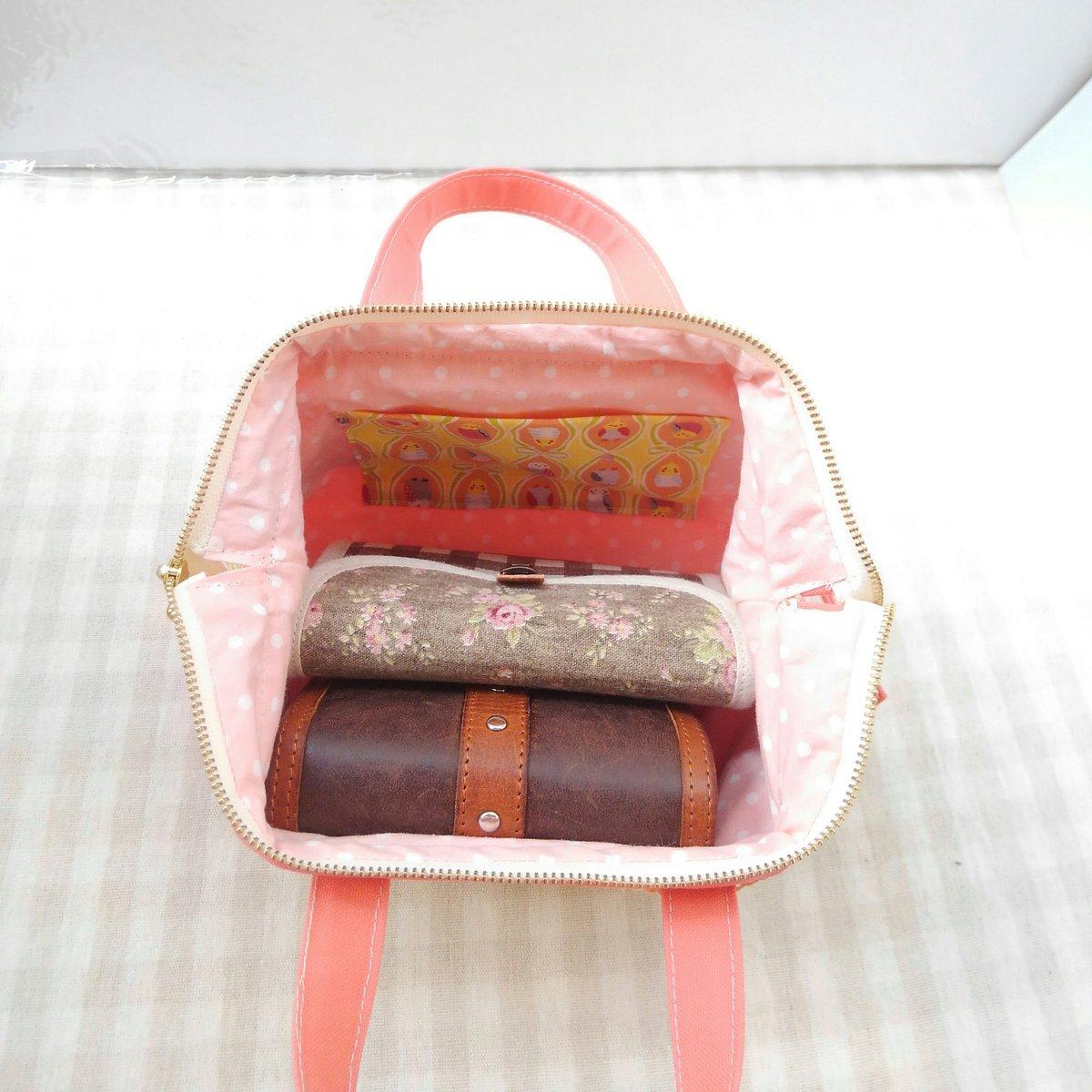 二つ折り財布、カードケースを入れてみました。貴重品をまとめると、大きなバッグのときに貴重品だけ持ち出せて便利です。