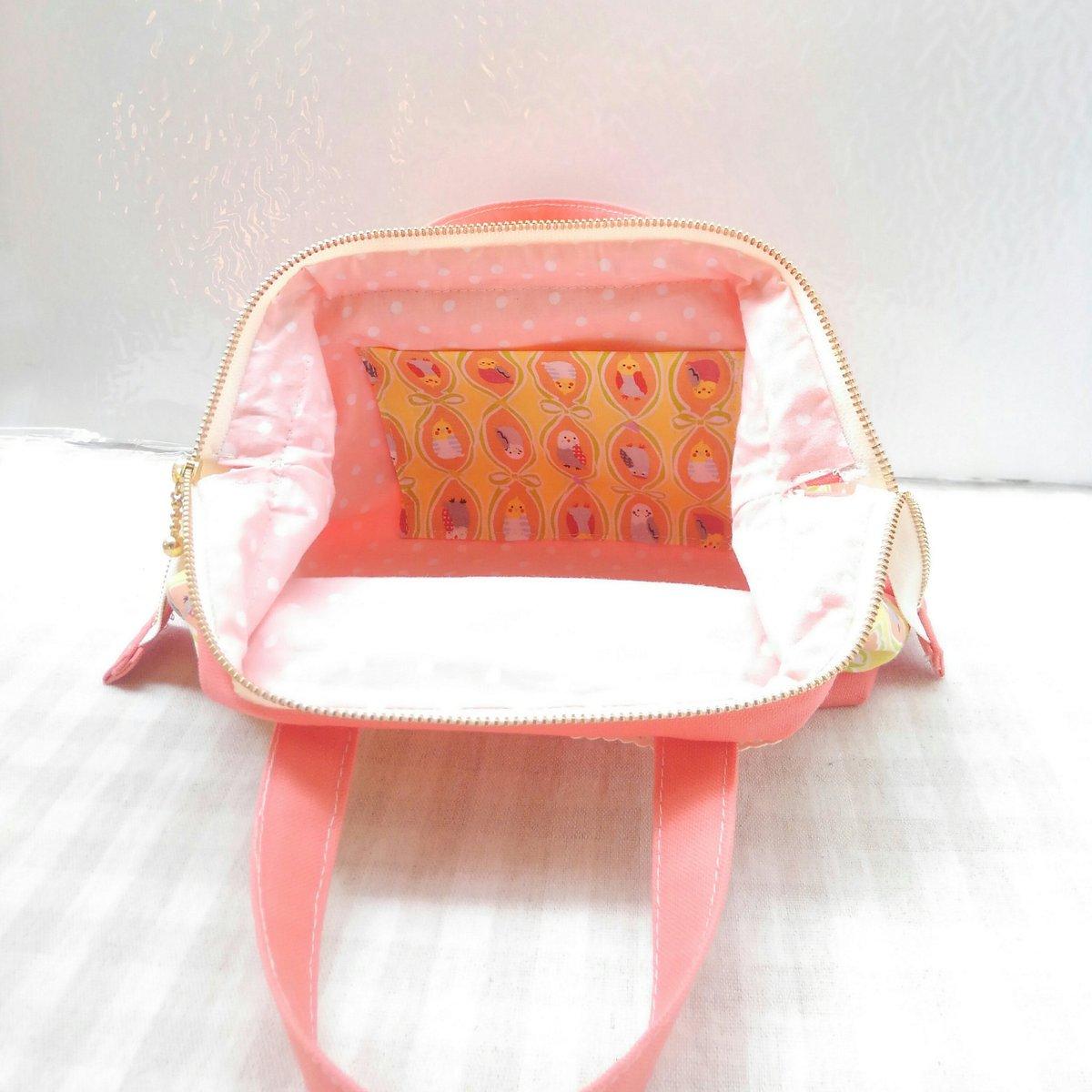 内布はピンクのドット柄に、表の柄共布のポケットつき。