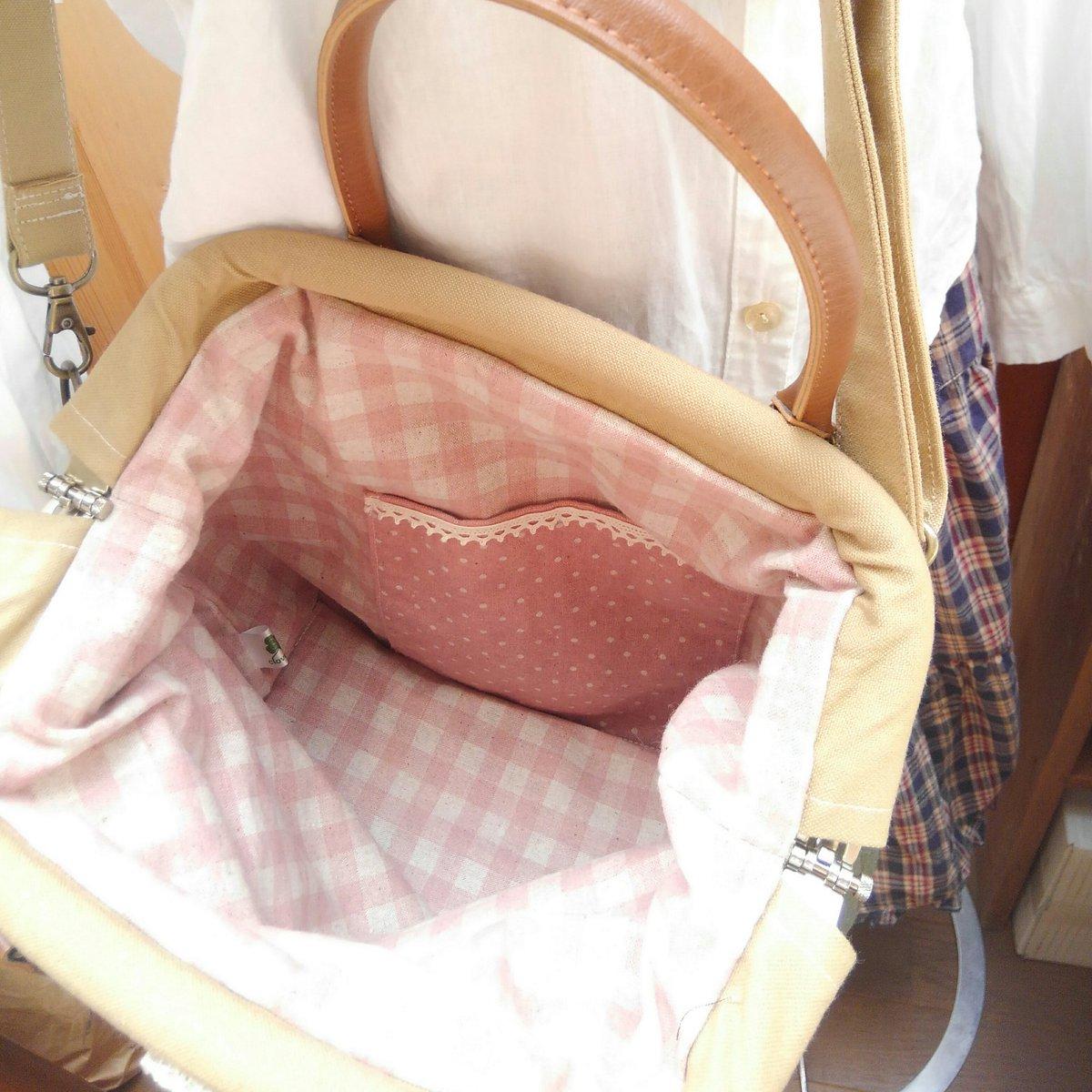 中は落ち着いたピンクの綿麻生地です。内ポケットと底板つきです。
