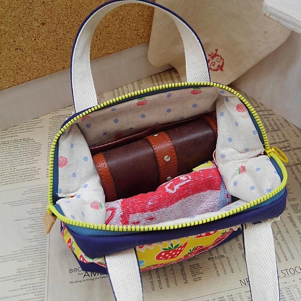 二つ折り財布とタオルハンカチを入れたところです。ほか、スマホやカギなど入れられます。