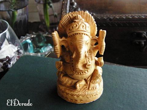 姉妹店で販売中の神様の木で彫られたガネーシャ