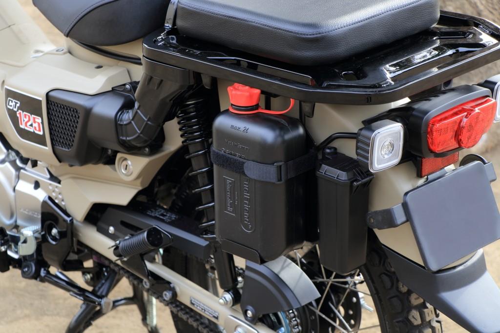 取付の際は別途TAKEGAWA製ヘルメットホルダー(サブタンクステー)09-11-0424 が必要となります。